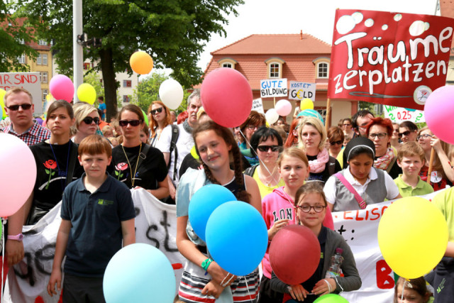 Auch 100 Schüler der katholischen berufsbildenden Bergschule St. Elisabeth nahmen an der Demonstration vor der Erfurter Staatskanzlei teil. Foto: Peter Weidemann